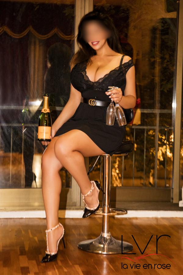 Escort tetuda in Barcelona with a black dress, Laura