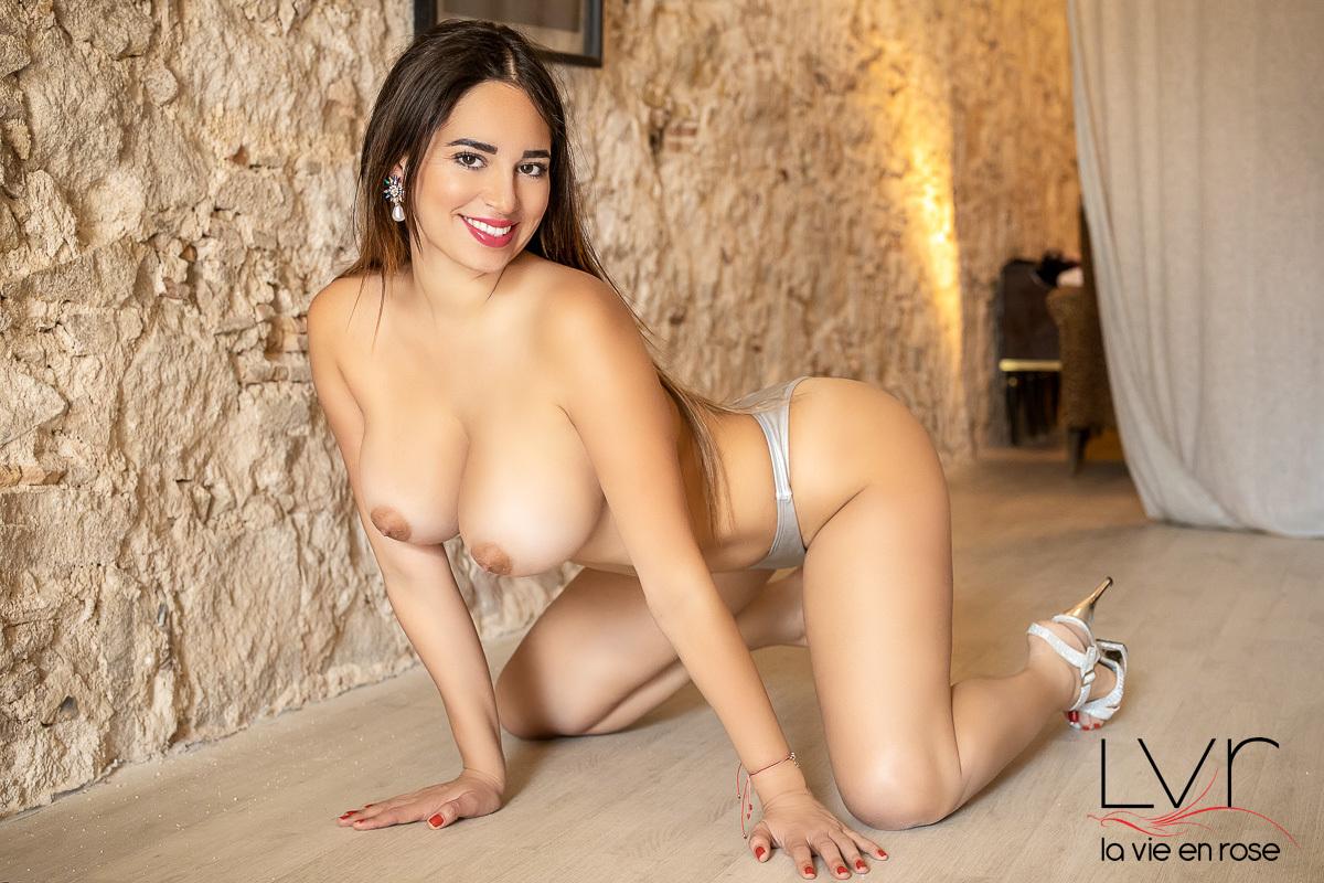 Jeune escorte mexicaine à Barcelone avec un string en argent, Arleth