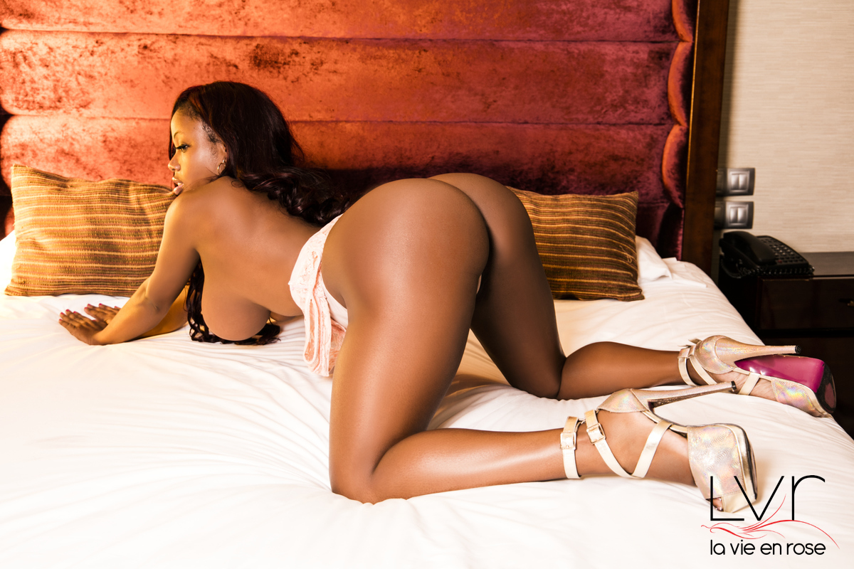 Nude escort in Barcelona naked on a bed, Valentina