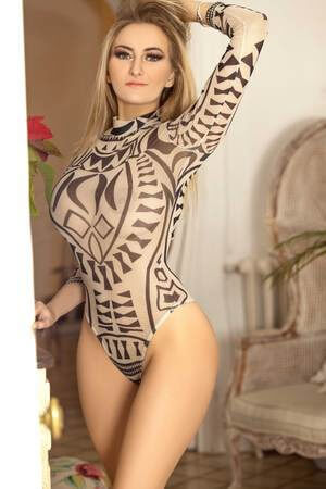 Escort rubia francesa en Barcelona con un body transparente, Blondy
