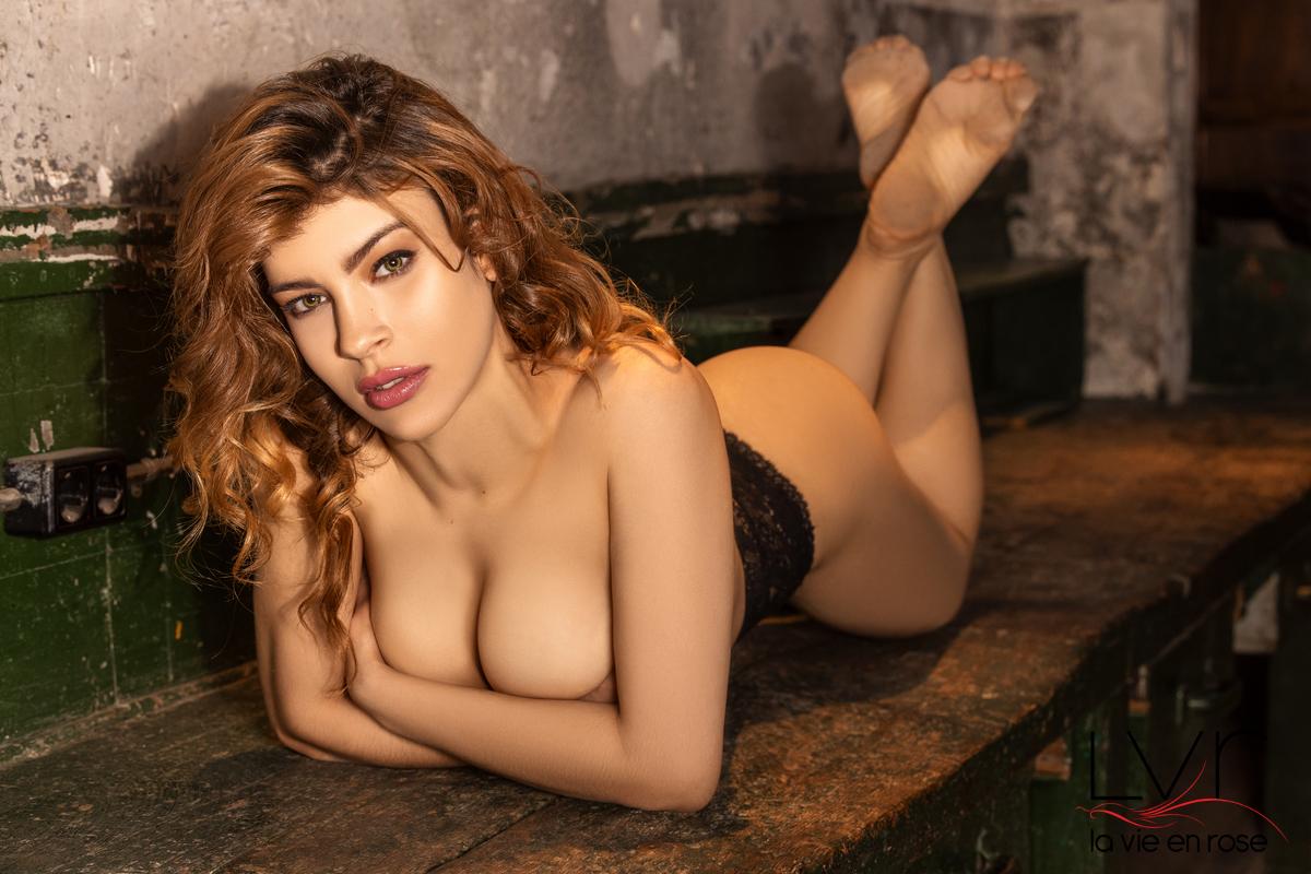 Escort de lujo española en Barcelona desnuda tumbada en una mesa, Bella