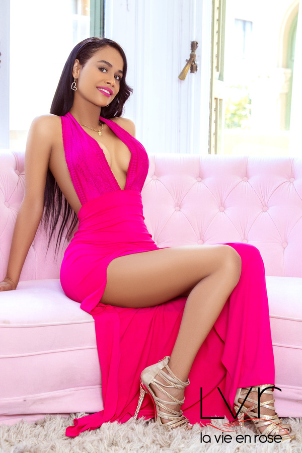 Giannina, charming escort in Barcelona for lesbian at our rooms or a hotel o a domicilio o viajes o cenas y eventos