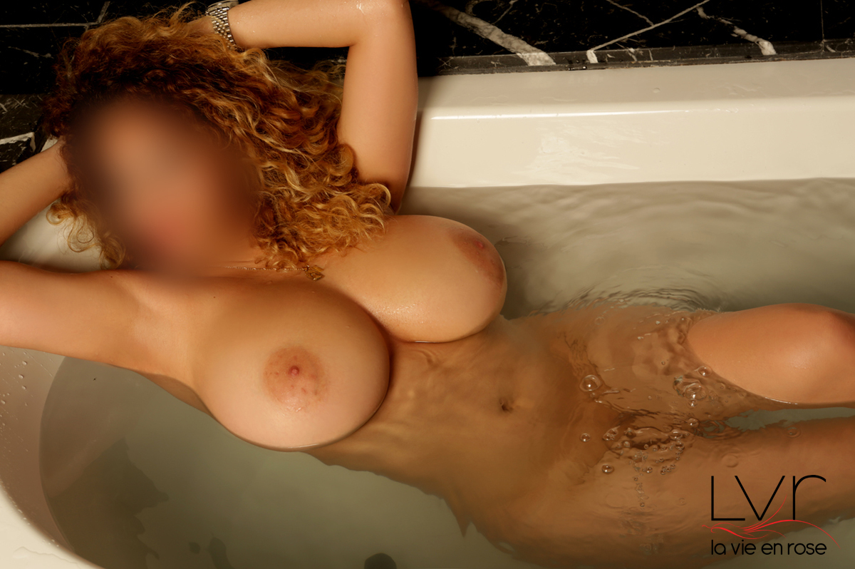 Escort in Barcelona with big breasts in a bathtub, Gia