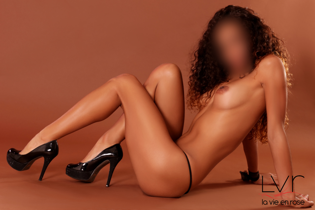 Latin luxury escort in Barcelona with black heels, Belén